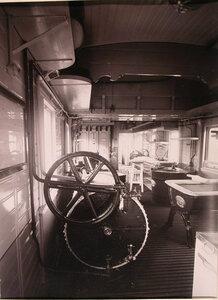 Вид части вагона-прачечной и стиральной машины, установленной в нем.