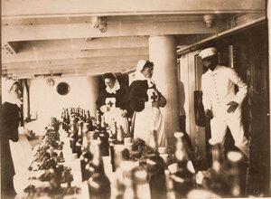 Работники и сёстры милосердия плавучего госпиталя в столовой перед обедом.