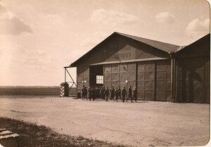 Великий князь Александр Михайлович (впереди группы) и сопровождающие его офицеры у одного из ангаров Авиационного отряда Гвардейского Корпуса во время посещения авиарот.