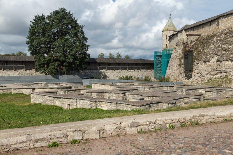 Фундаменты храмов Св.Николы, Софии и Кирилла, Псков