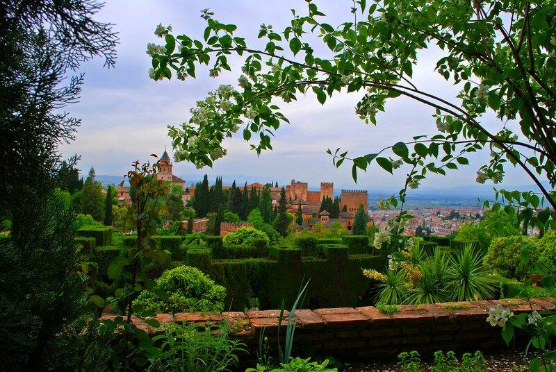 Альгамбра(каср аль-хамра — «красный замок»)