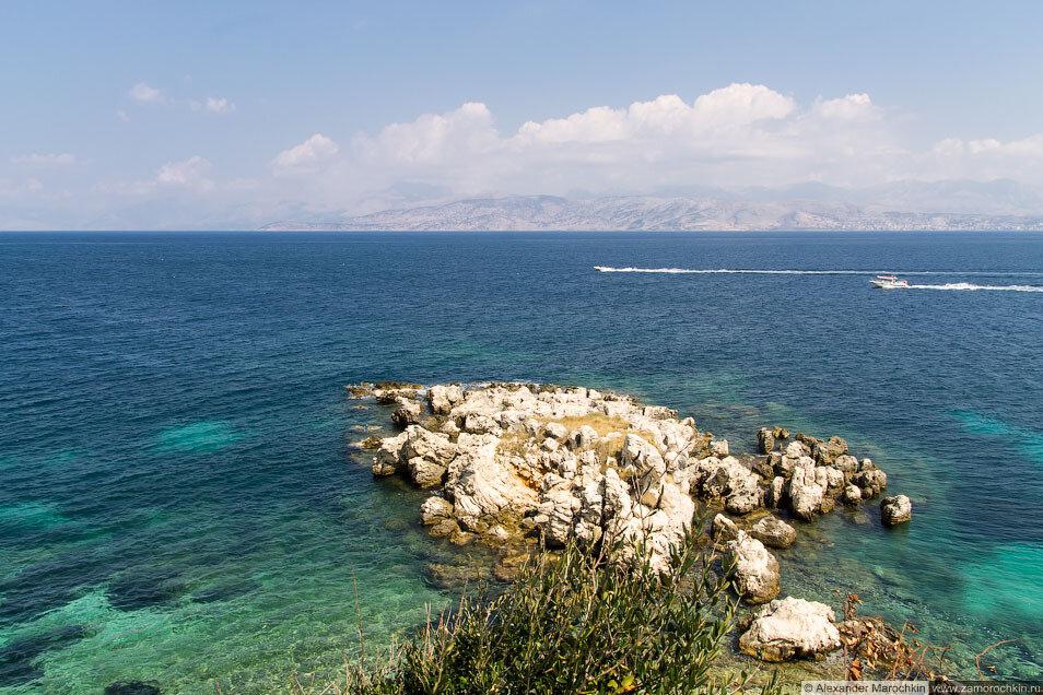Скалы, море, катера