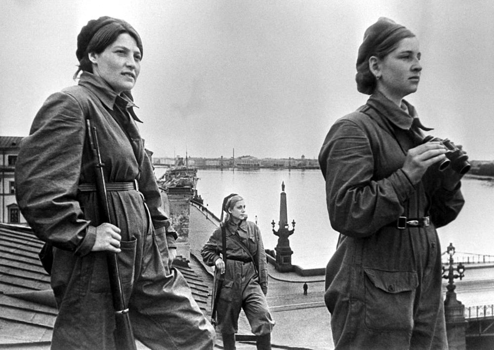 Ленинградские девушки из сил МПВО несут боевое дежурство на крыше дома (1 мая 1942 года)