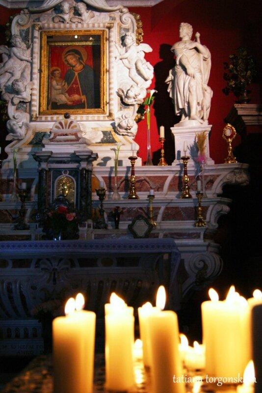 Свечи у алтаря