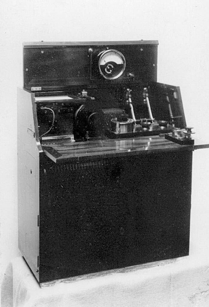 17. Радиотелеграфный аппарат - искровая радиостанция малой мощности Робтит