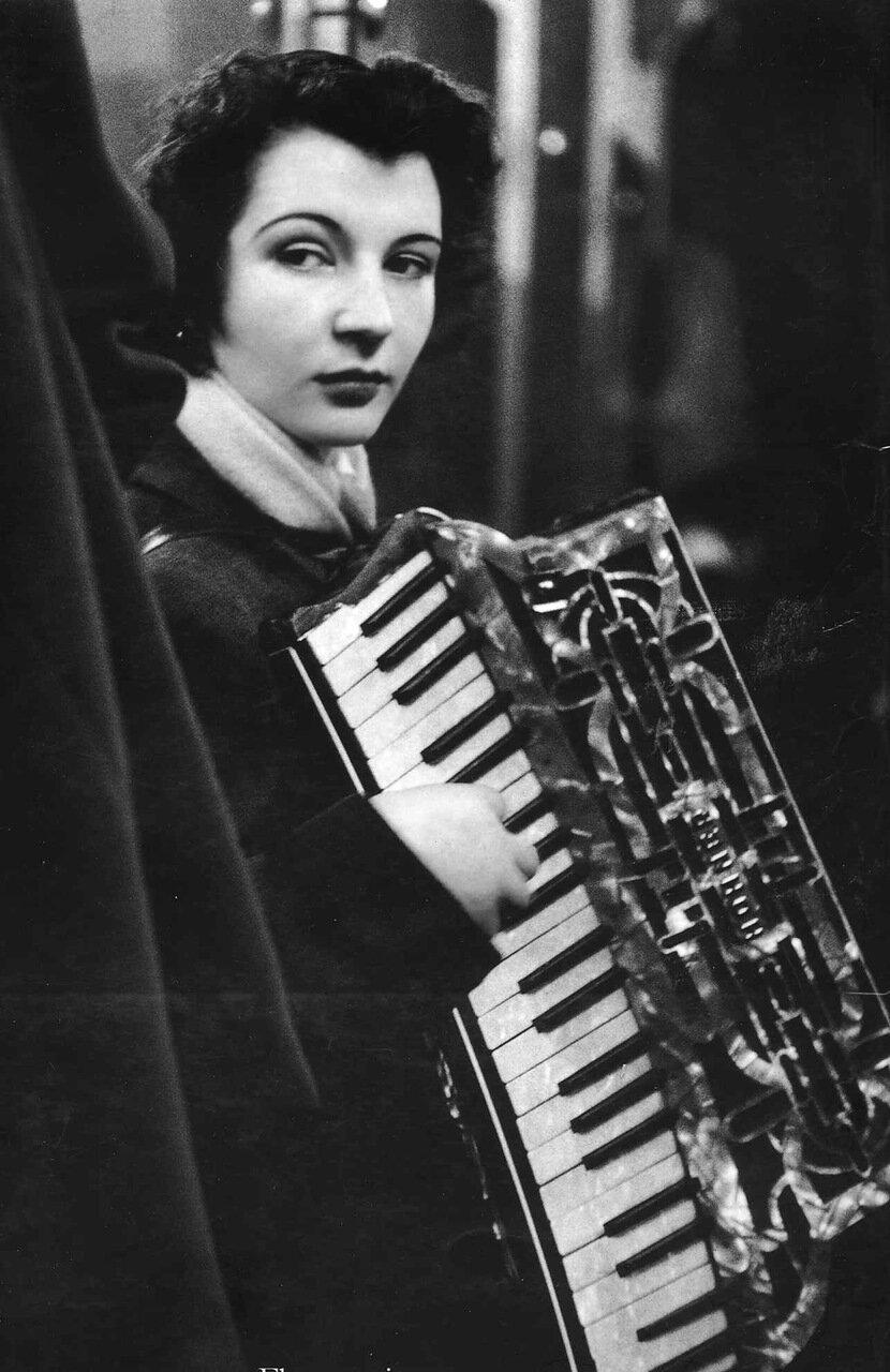1953. Аккордионистка, играющая в бистро возле Рю де Ле-Аль