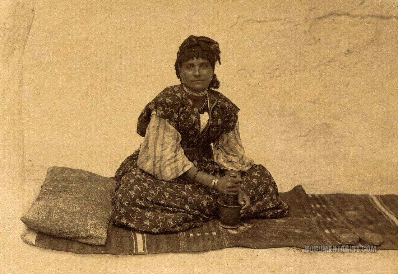 1880. Женщина со ступкой
