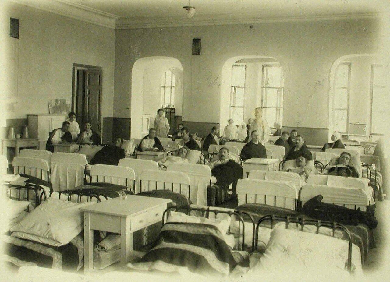 18. Раненые в одной из палат,устроенной в канцелярии почтово-телеграфной конторы