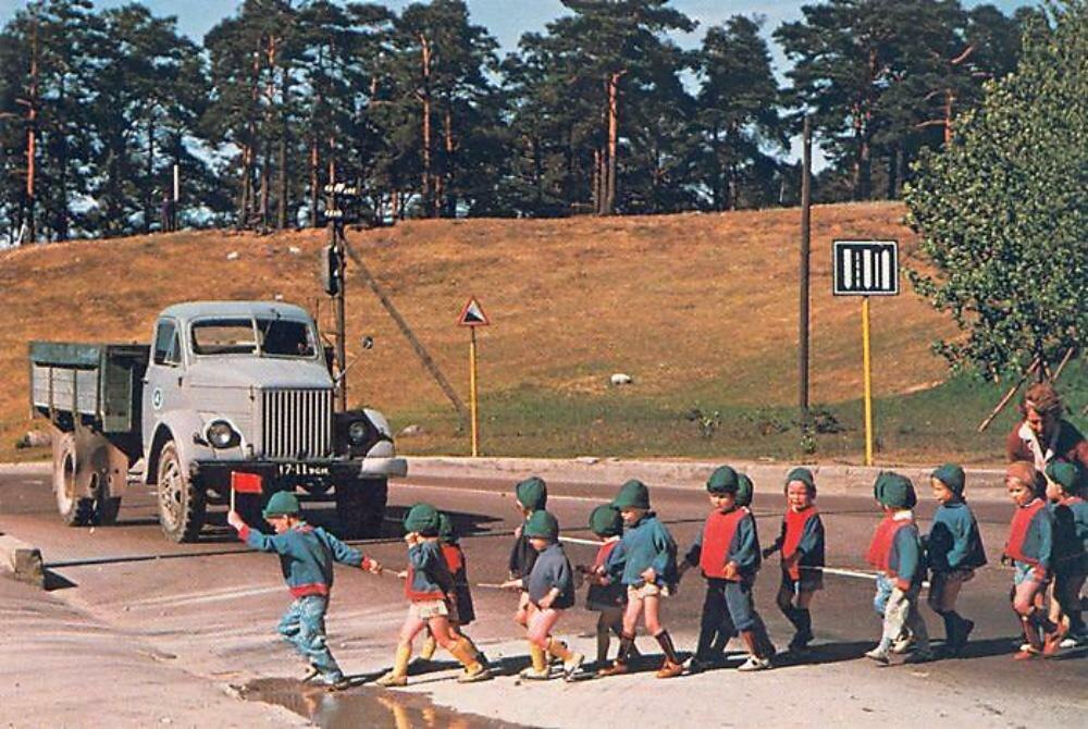 Маленький флажок в руке детсадовца останавливет движение на эстонской дороге