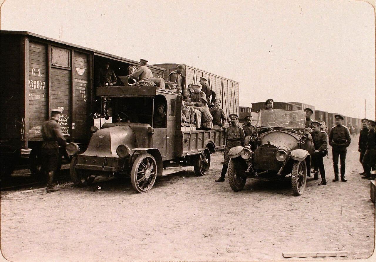 12. Группа солдат и офицеров (в автомобилях) у прибывшего на станцию эшелона с имуществом авиарот. Псков