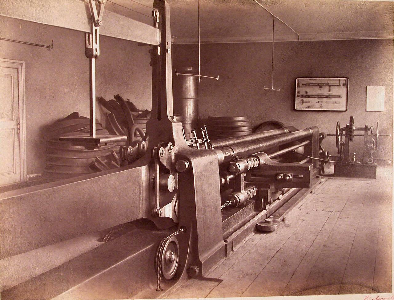 13. Общий вид сталепробной машины, установленной в одном из помещений завода