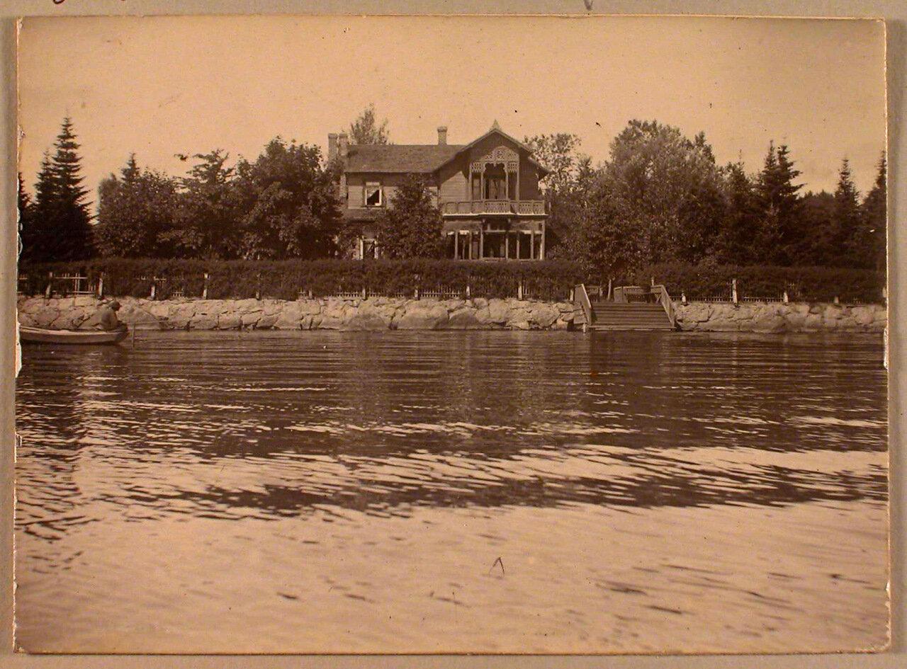 40. Вид жилого дома на берегу озера в дачной местности Пикруки