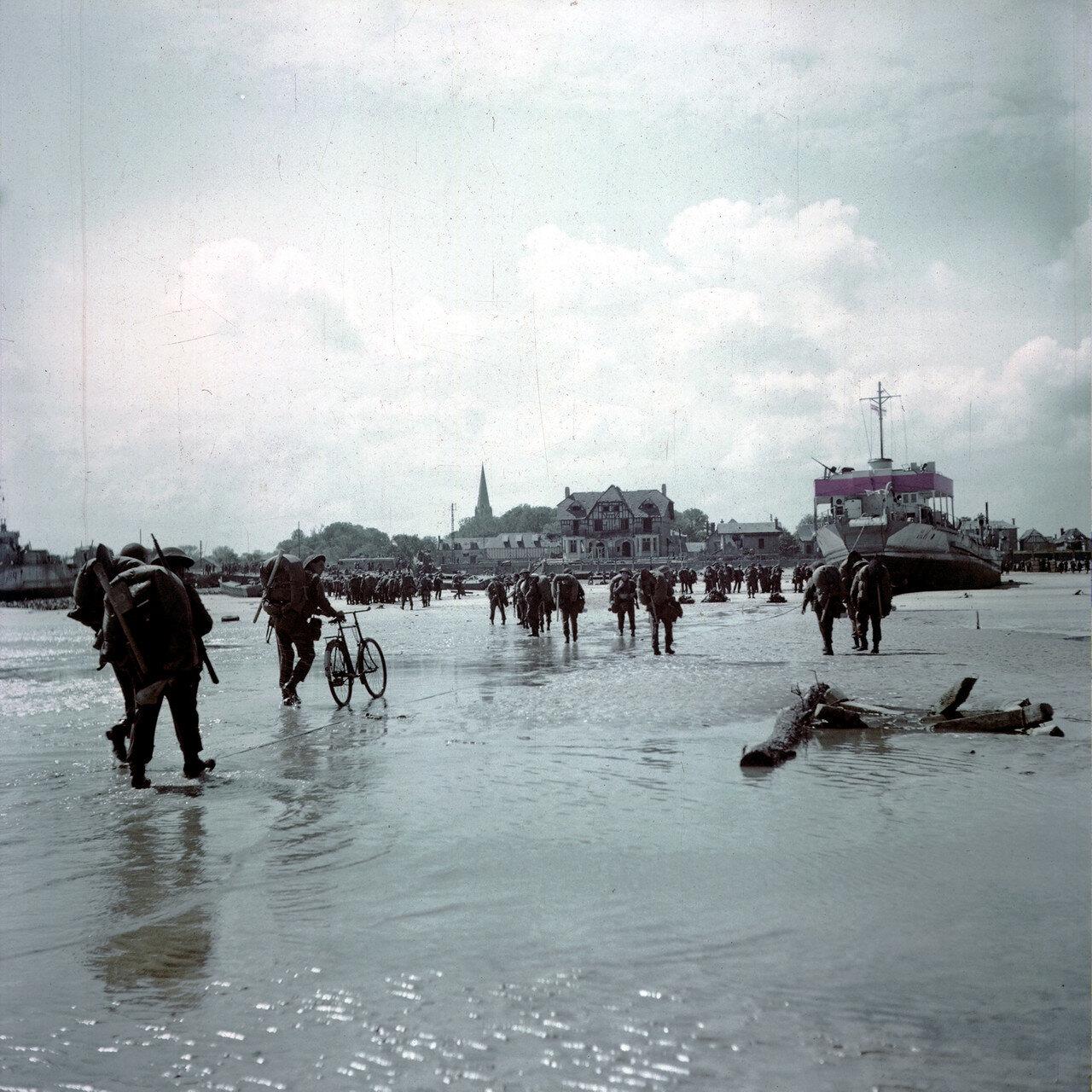 16. Операция Оверлорд. Пляж «Джуно». Эти солдаты 3-го канадского пехотной дивизии высадились во время отлива 6 июня во второй половине дня