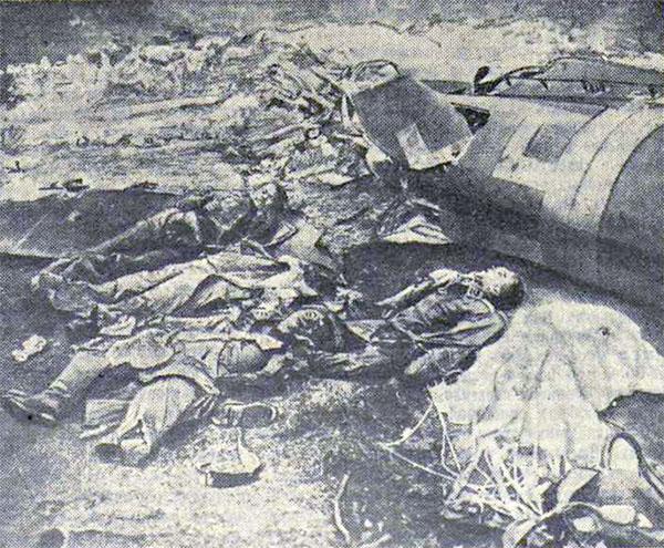 Протараненный и сгоревший стервятник и убитые фашистские летчики. Среди них гитлеровский подполковник — матерый убийца, имевший отличия и награды