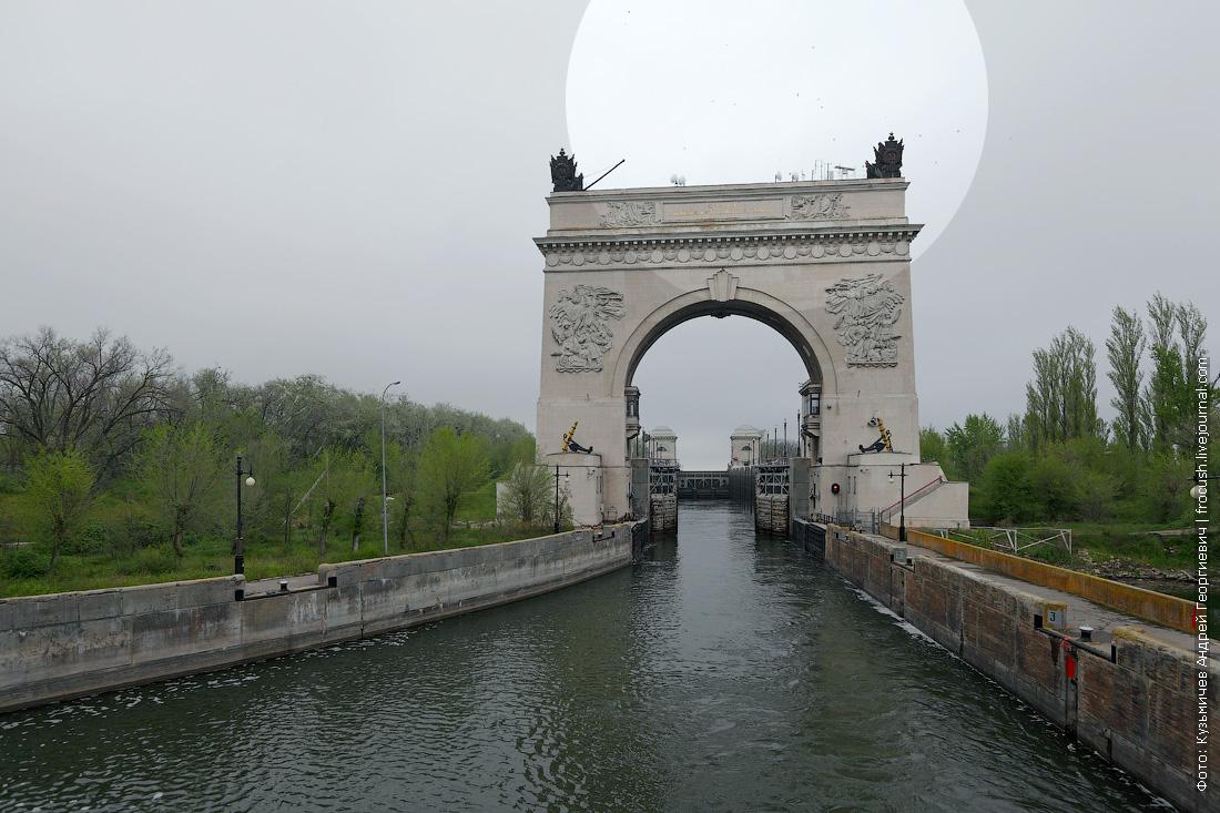 Что за грязь над аркой шлюза №13 Волго-Донского судоходного канала