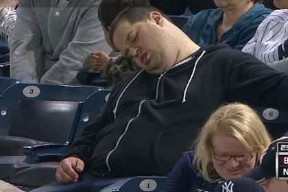 Фанат, заснувший во время матча, хочет отсудить у телеканала десять миллионов долларов
