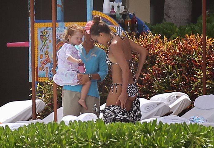 Джессика Альба в бикини на мексиканском пляже