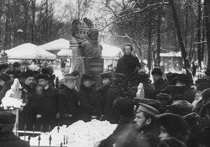 Сходка студентов у памятника публицисту Н.К.Михайловскому.
