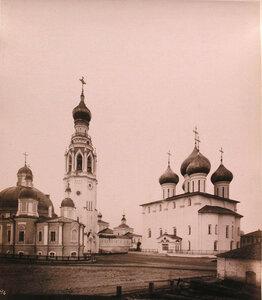 Вид на соборный ансамбльСофийский собор (справа),(построен в 1568-1570 гг.),колокольню (постройка середины XIX в.) и Воскресенский собор (построен в 1772-1776 гг.) Вологда г.