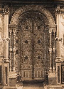 Вид на деревянные резные царские врата в Введенской церкви.