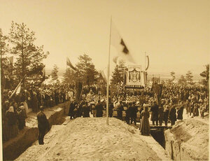 Участники торжественной закладки здания лазарета во время молебна
