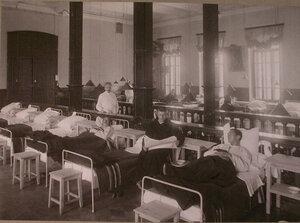 Раненые офицеры в палате распределительного госпиталя,устроенного в помещении 1-го винного склада.