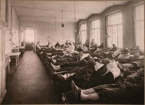 Раненые в палате лазарета,устроенного при Высших женских курсах.