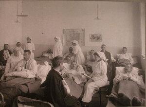 Сестры милосердия и раненые в палате лазарета,устроенного на Пречистенских курсах.
