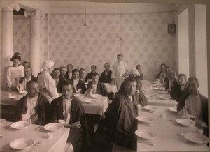 Раненые в столовой лазарета,устроенного Московским и Ярославско-Костромским земельным банком.