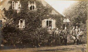 Группа чинов у дома, где размещалось общее отделение отдела дежурного генерала.