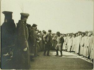 Отправляющиеся в поход казаки пляшут на станции перед посадкой в вагоны.