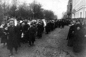 Демонстрация в связи с проводами гроба с телом князя С.Н.Трубецкого проходит перед Таврическим садом.
