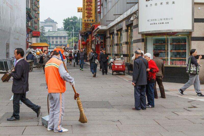 Дворник, улица Ванфуцзин, Пекин