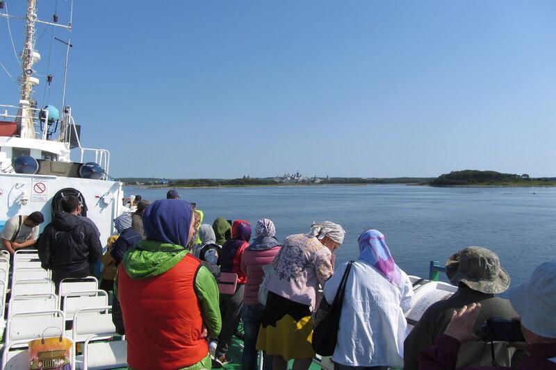 Подплываем к Соловкам. На палубе совсем не жарко.  Хотя с погодой - повезло. Обычно в августе на Соловках дожди и холодно. А у нас яркое солнце, хотя на море довольно ветренно.