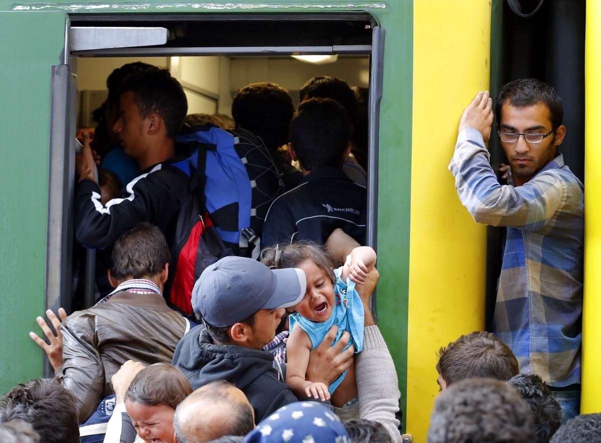 Штурм Будапешта: Мигранты с Ближнего Востока на ж/д вокзал венгерской столицы (18)
