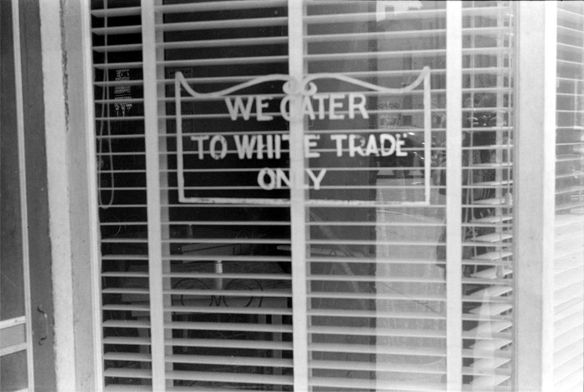 Надпись в окне кафе Мы обслуживаем только белых