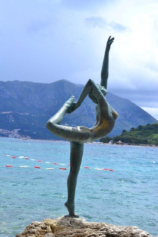 Черногория, Будва, Старый город. Знаменитая скульптура - Будванская танцовщица.