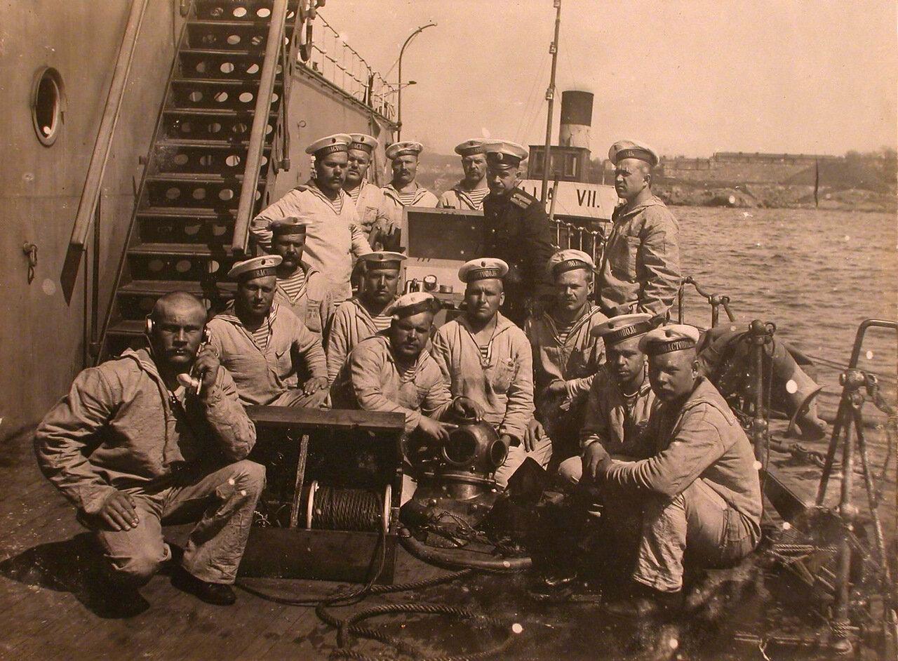 13. Группа матросов на палубе линейного корабля Севастополь после подъема водолаза. 1915