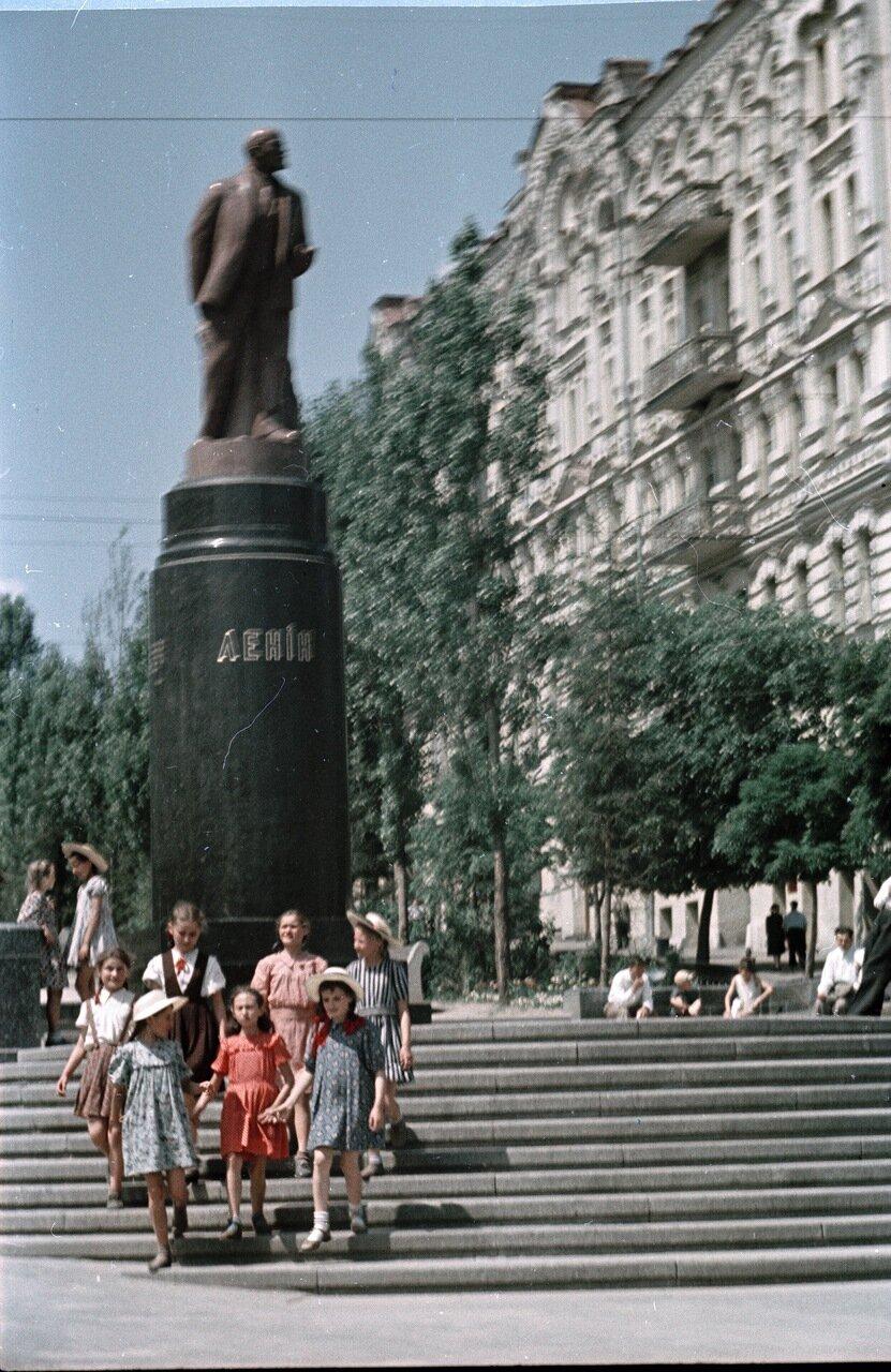 Дети на бульваре у памятника Ленина