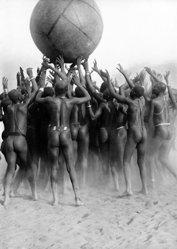 Девушки племени сара играют в мяч в Форте Аршамбо 1 января 1926