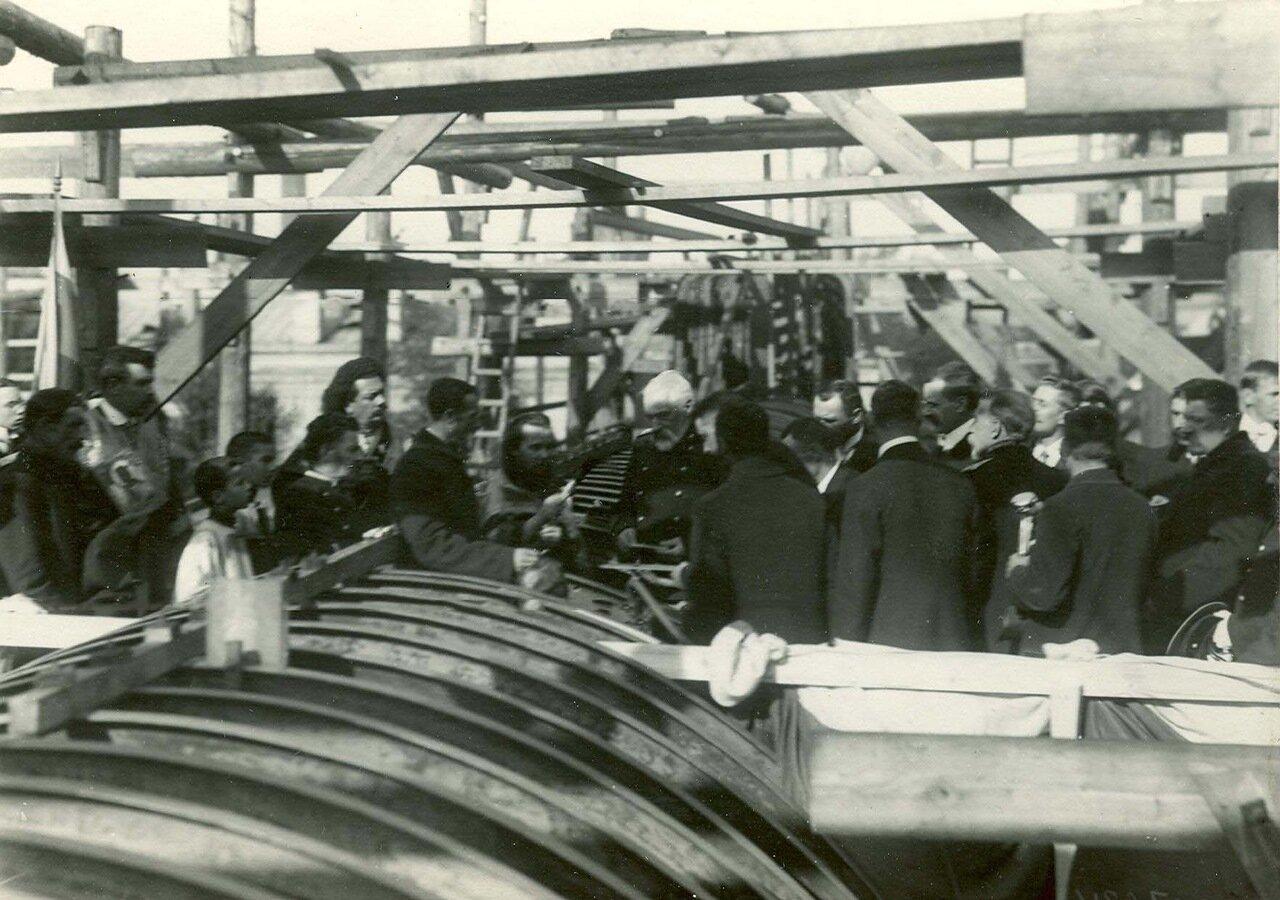 Группа инженеров на стапелях во время закладки зданий отдела Подводного плавания в присутствии морского министра адмирала И.К. Григоровича