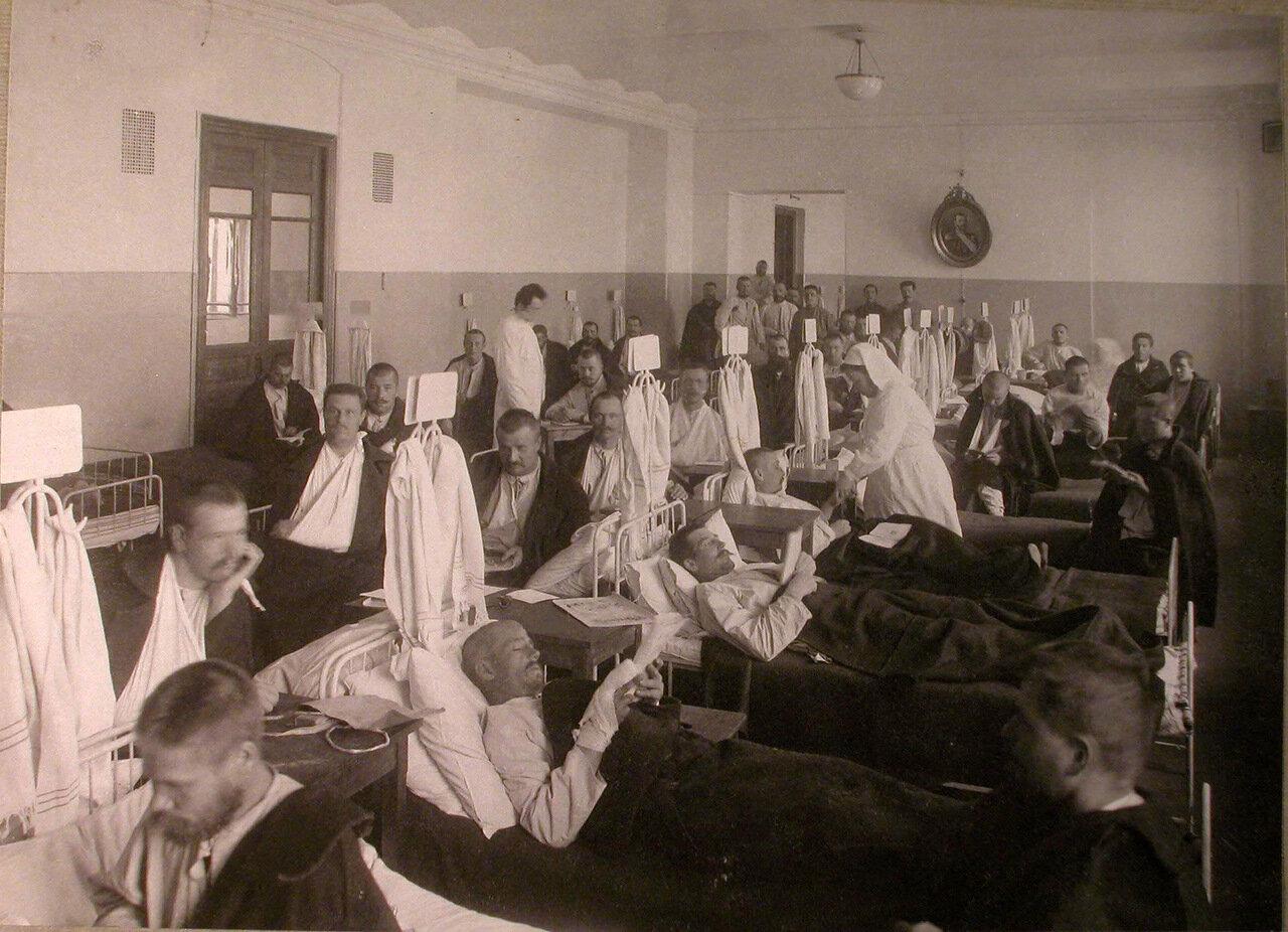 16. Раненые в палате лазарета, устроенного Советом детских приютов в Ермаковском училище