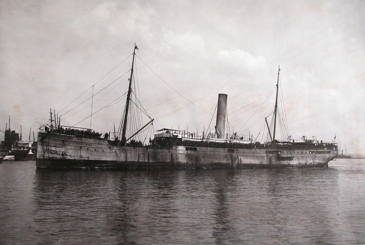 04. Пароход «Балтика» с эвакуируемыми на борту в акватории порта