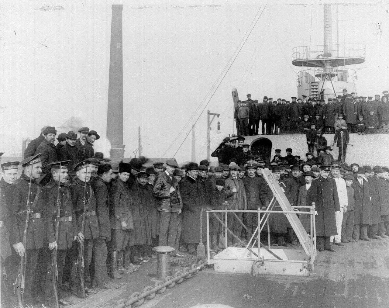 25. Группа инженеров и рабочих завода, принимавших участие в строительстве линкора «Петропавловск» на его верхней палубе во время посещения линкора императором Николаем II.