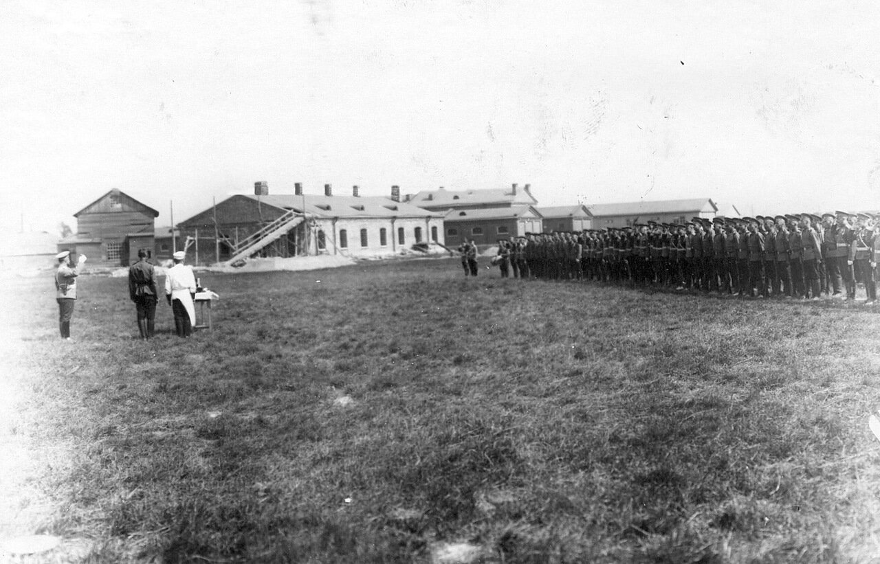 32. Батальон Офицерской воздухоплавательной школы в строю на поле аэродрома перед получением чарки водки