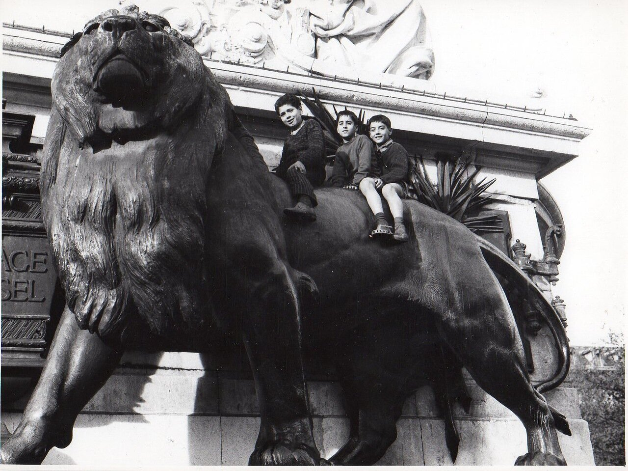 Дети на льве