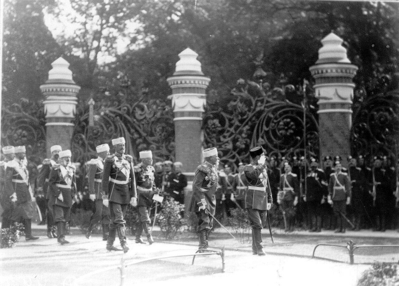 15. Император Николай II с офицерами проходит мимо строя полков, прибывших на освящение храма