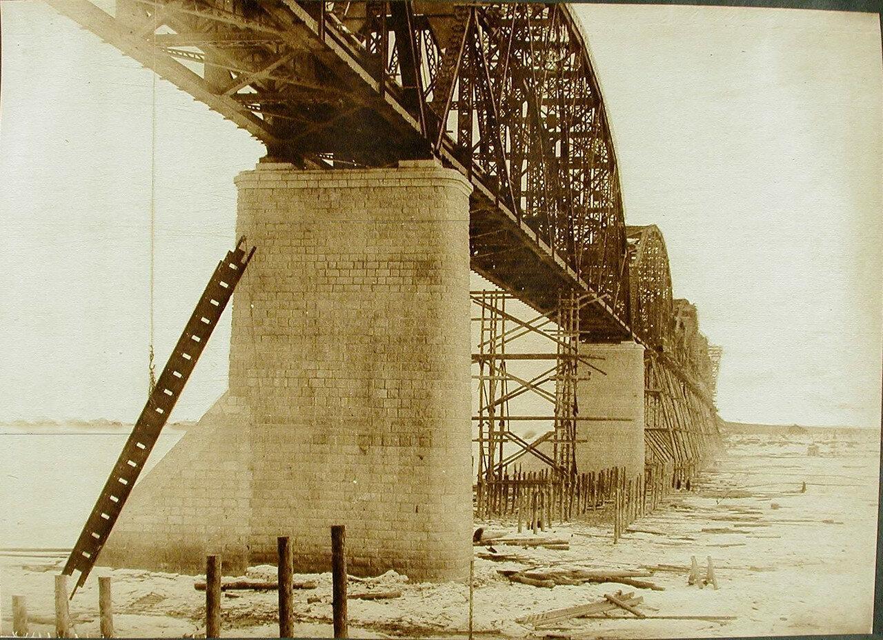 13.  Подъём электрической лебёдкой частей верхнего строения моста через р.Зею
