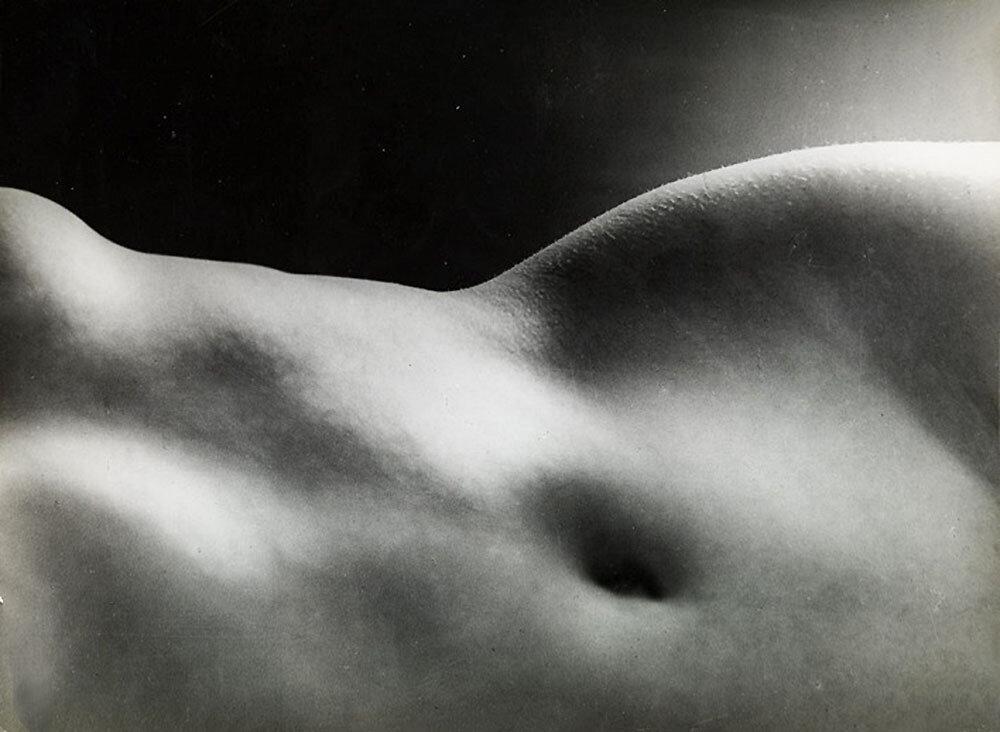 1934. Ню