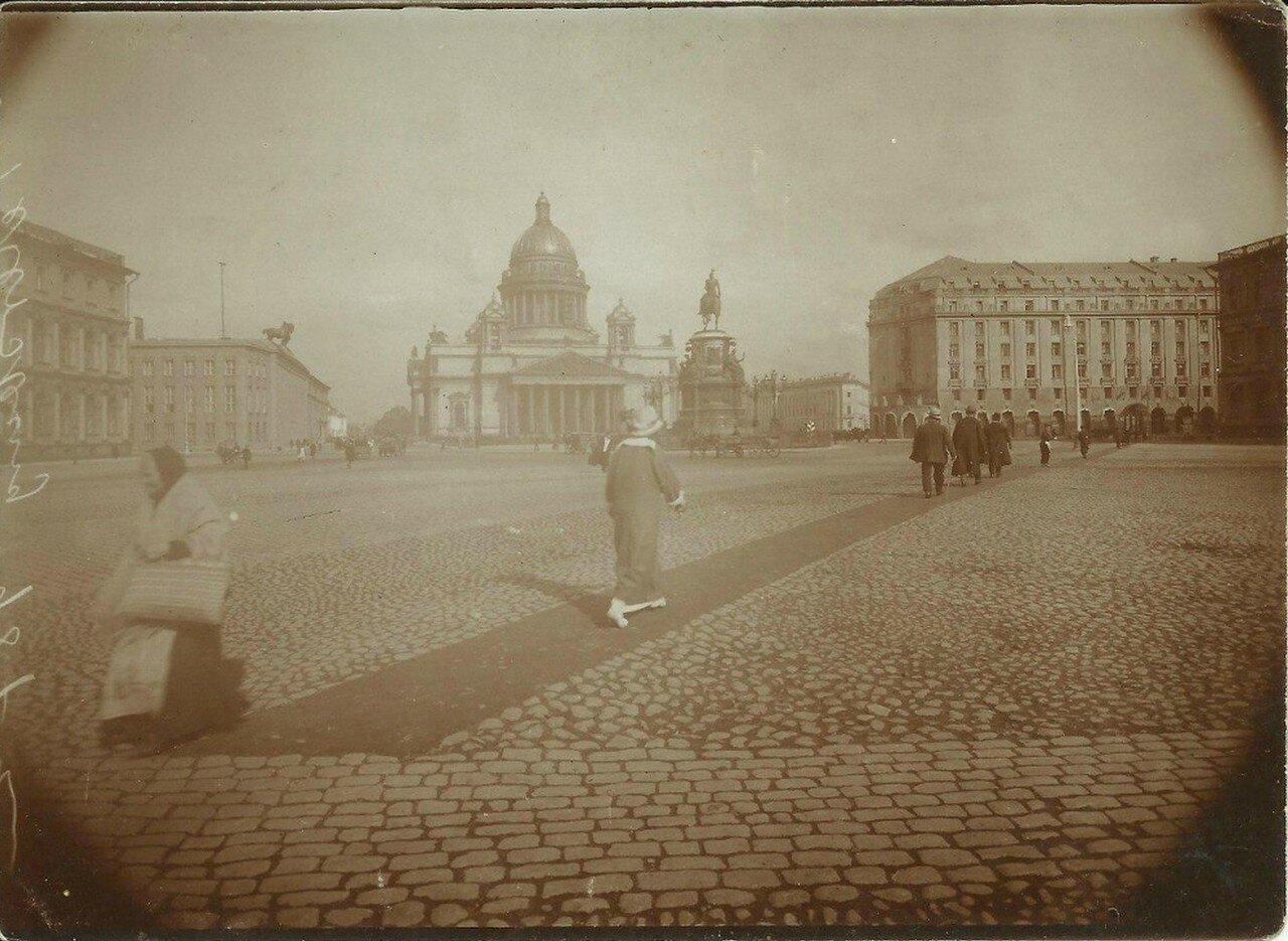 Вид на Исаакиевский собор с площади